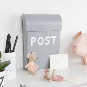 hellgrauer Briefkasten für das Kinderzimmer